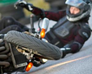 падение с мотоцикла на повороте
